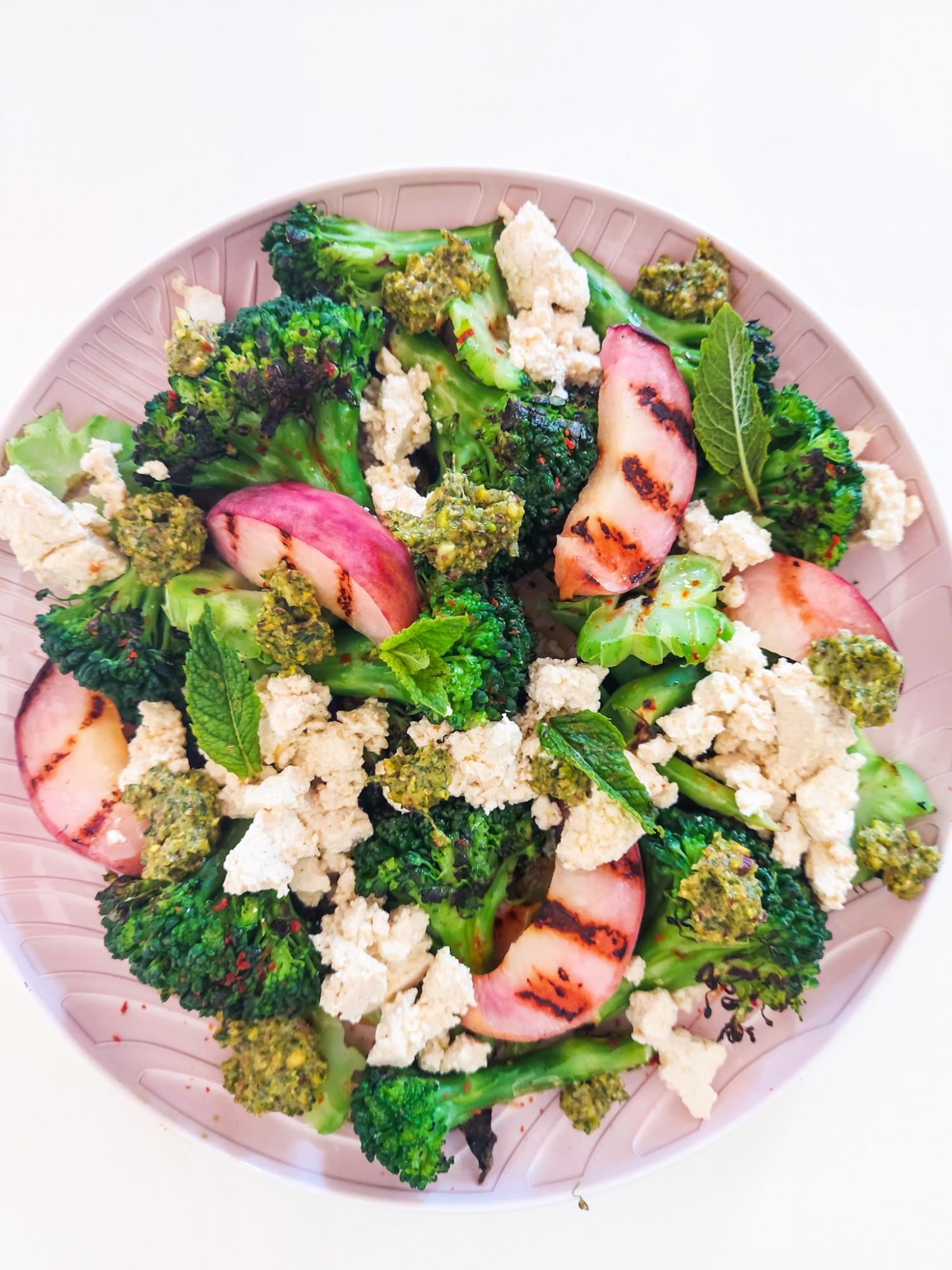 Gegrilde Broccoli met perzik, feta en munt-pistache pesto