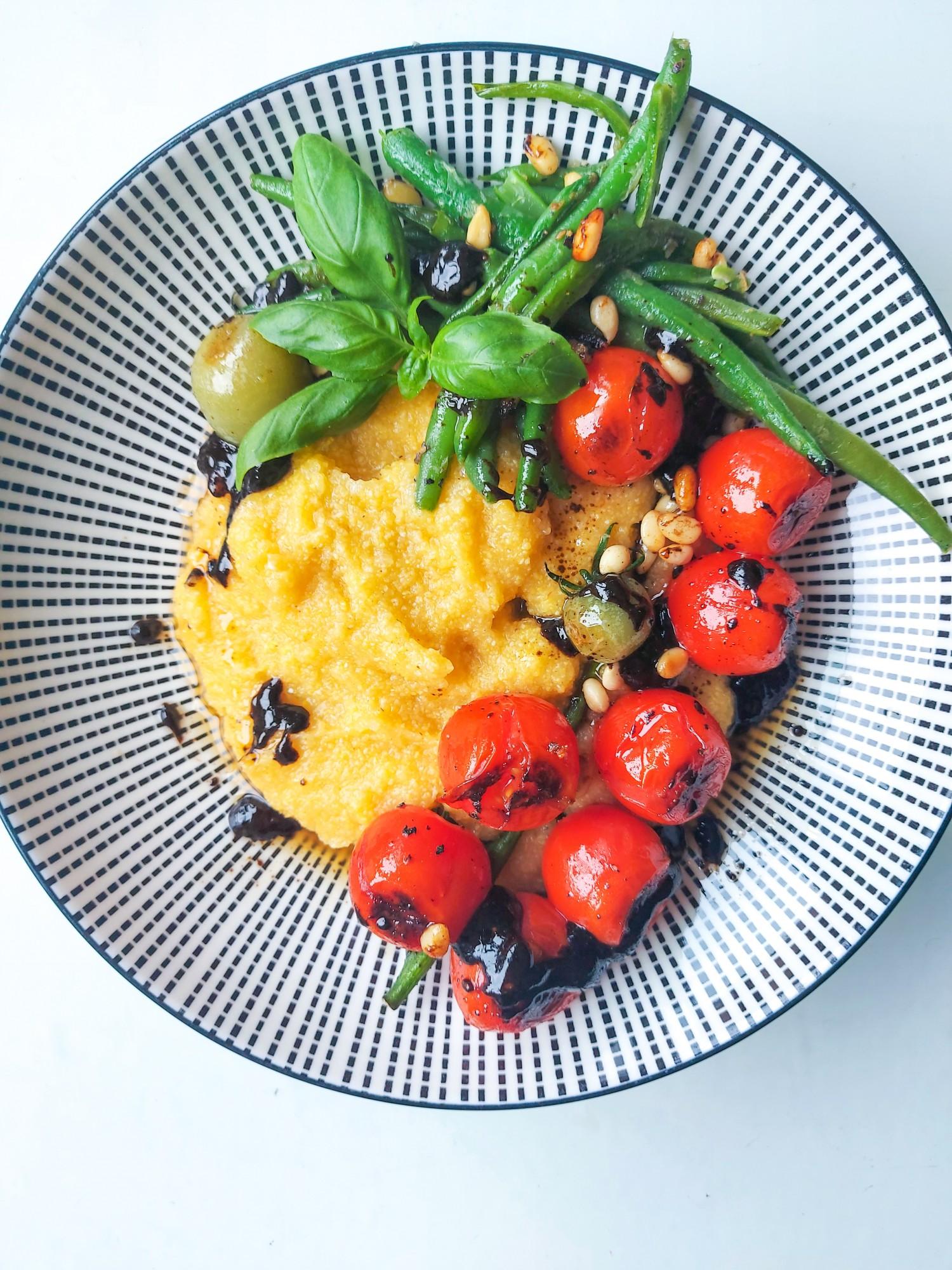 Polenta met gepofte tomaatjes en zwarte look-vanille dressing