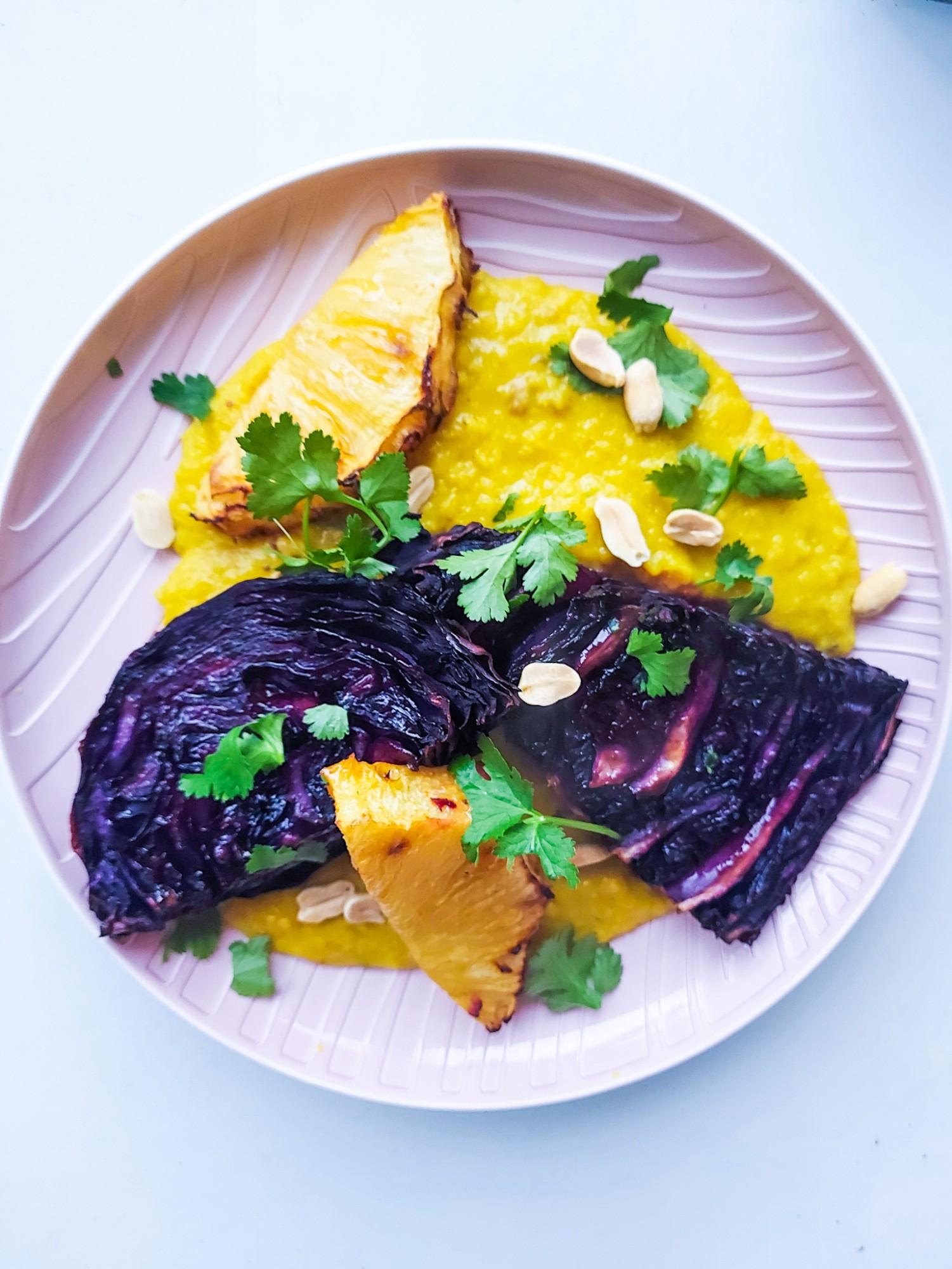 Rode Kool Steak met gegrilde Ananas en Dahl